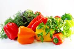 Pimentas, beringela, aneto e salsa coloridos na tabela Imagens de Stock Royalty Free