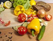 Pimentas cercadas por vegetais Fotos de Stock Royalty Free