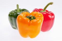 Pimentas coloridas isoladas no fundo branco Foto de Stock