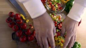 Pimentas cortadas para flavor a massa vídeos de arquivo
