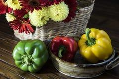 Pimentas de Bell com flores Fotografia de Stock