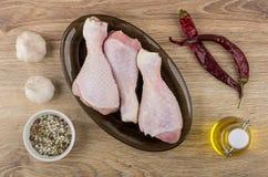 Pimentas de pimentão, alho, óleo vegetal e pés de galinha crus Imagens de Stock Royalty Free