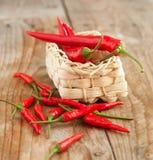 Pimentas de pimentão encarnados e pimentas de pimentão tailandesas quentes Foto de Stock