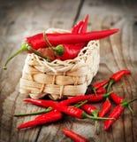 Pimentas de pimentão encarnados e pimentas de pimentão tailandesas quentes Fotografia de Stock
