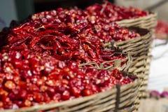 Pimentas de pimentão encarnados nas cestas no local Imagens de Stock