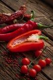 Pimentas de pimentão encarnados, pimenta doce na tabela de madeira Foto de Stock