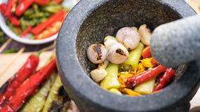 Pimentas de pimentão Roasted para fazer de um molho do caril ou de pimentão Fotos de Stock