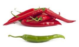 Pimentas de pimentão verde e vermelho fotografia de stock royalty free