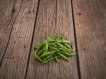 Pimentas de piment?o verdes em de madeira fotos de stock