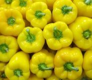Pimentas de sino amarelo cruas empilhadas Fotografia de Stock Royalty Free