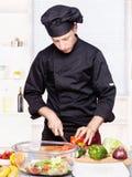 Pimentas de sino da estaca do cozinheiro chefe na cozinha Fotografia de Stock Royalty Free