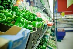 Pimentas de sino de Resh no supermercado imagens de stock