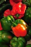 Pimentas de sino verdes e vermelhas fotografia de stock royalty free