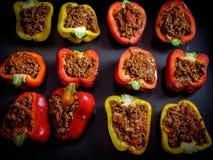 Pimentas de sino vermelho e amarelo enchidas com a carne triturada da carne e cozidas imagens de stock