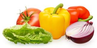Pimentas do tomate, as amarelas e as vermelhas, metade da cebola, salada verde Fotos de Stock Royalty Free