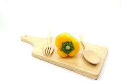 Pimentas doces amarelas na placa de madeira com colher de madeira e a forquilha de madeira Fotografia de Stock