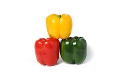 Pimentas doces coloridas brilhantes isoladas no branco Foto de Stock
