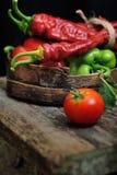 Pimentas doces, pimentas de pimentão em uma bacia de madeira Fotos de Stock Royalty Free