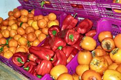 Pimentas e laranjas das romã fotografia de stock royalty free