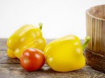 Pimentas e tomate de Bell na madeira Fotografia de Stock