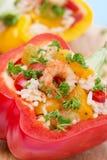 Pimentas enchidas com salada do arroz e do camarão em uma placa de madeira Fotos de Stock