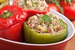 Pimentas enchidas em um prato vermelho Imagens de Stock Royalty Free