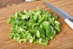 Pimentas verdes cortadas Fotos de Stock Royalty Free