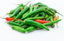 Pimentas verdes e vermelhas no fundo branco Fotos de Stock Royalty Free