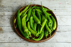 Pimentas verdes na cesta trilhando Imagens de Stock