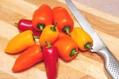 Pimentas vermelhas, alaranjadas e amarelas Fotografia de Stock Royalty Free