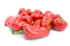 Pimentas vermelhas doces isoladas no fundo branco Foto de Stock