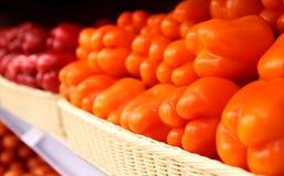 Pimentas vermelhas e alaranjadas da paprika no supermercado Fotografia de Stock Royalty Free