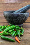 Pimentas vermelhas e verdes no fundo de madeira rústico com grani Imagem de Stock