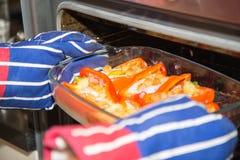 Pimentas vermelhas enchidas cozinhadas com ovos, presunto e pão torrado Imagens de Stock