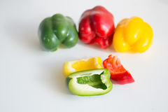 Pimentas vermelhas, verdes e amarelas de Califórnia Fotografia de Stock
