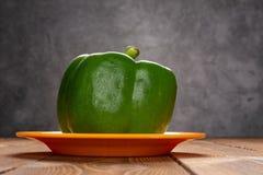 Pimento de sino verde fresco com gotejamentos na tabela foto de stock royalty free