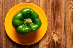 Pimento de sino verde fresco com gotejamentos na tabela de madeira imagem de stock royalty free
