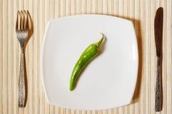 Pimento verde fresco em uma placa branca. Fotos de Stock