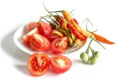 Pimentos de pimentão frescos no fundo branco Fotos de Stock