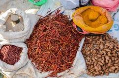 Piments de produits frais et secs, safran des indes, gingembre, riz et arachides au marché traditionnel dans Myanmar photo libre de droits