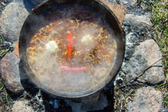 Piments et ail cuits dans un chaudron Photos libres de droits
