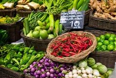 Piments rouges, chaux, courge amère et diverses espèces d'aubergines Photo libre de droits