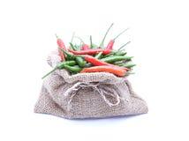 Piments rouges et verts dans le sac à Brown photos stock