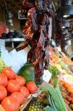 Piments rouges secs sur un marché de fruit et de légume Photographie stock