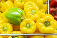 pimienta amarilla en el estante del mercado estupendo, exhibido en venta imagenes de archivo