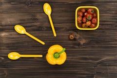 Pimienta amarilla que se coloca en el medio de la tabla Imagen de archivo libre de regalías