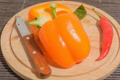 Pimienta, cuchillo, gotitas de agua Foto de archivo libre de regalías