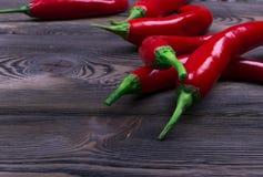 Pimienta de chile rojo en el fondo de madera oscuro, cierre para arriba Imagen de archivo libre de regalías