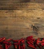 Pimienta de chile rojo en una placa del vintage, chiles secados en fondo de madera Visi?n superior Copie el spase foto de archivo