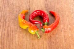 Pimienta de chiles amarga roja madura en una tabla de madera Foto de archivo